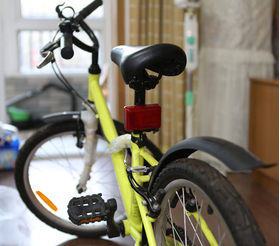 Вело трекер устанавливается на подседельный штырь велосипеда при помощи встроенных креплений.